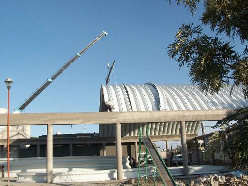 Montaje de techo curvo autosoportante